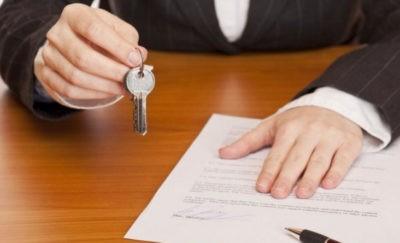 Изображение - Документы, необходимые для покупки квартиры на вторичном рынке Sobstvennik_kvartiry_pokazat_dokumenty_2_28064733-400x243